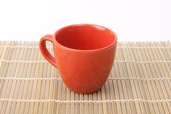 Copo vermelho no bambu Imagens de Stock Royalty Free