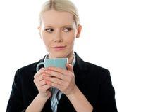 Coporate Frauenholding-Kaffeetasse stockbilder