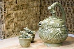 Copos ávidos do teapot chinês e do dragão verde Imagem de Stock Royalty Free