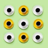 Copos amarelos e brancos do café preto Foto de Stock