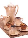 Serviço e queques de café em uma placa no branco isolado Imagem de Stock