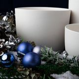 copos cerâmicos brancos feitos a mão, a grinalda de ano novo com decorações do Natal fotografia de stock