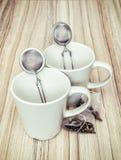 Copos cerâmicos com filtros e saquinhos de chá do chá Fotografia de Stock Royalty Free