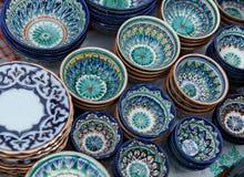 Copos cerâmicos decorativos com o ornamento tradicional de uzbekistan imagens de stock