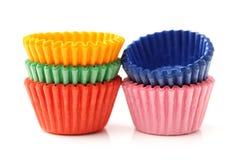 Copos coloridos do bolo do queque ou do copo do papel do arco-íris Fotografia de Stock Royalty Free