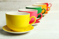 Copos coloridos no fundo de madeira branco Imagens de Stock Royalty Free