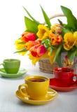 Copos com chá imagens de stock