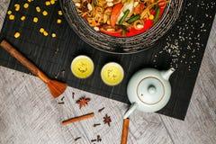 2 copos com chá verde japonês em uma tabela de madeira Fotos de Stock