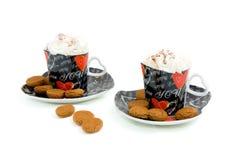 Copos da forma do coração com café e creme chicoteado Imagens de Stock Royalty Free