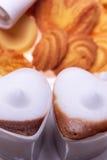 Copos dados forma coração do cappuccino do café do café Fotografia de Stock