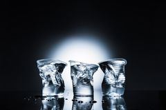 Copos de água plásticos amarrotados Fotos de Stock