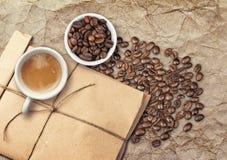 Copos de café branco de Tho completamente do café e dos feijões Imagem de Stock