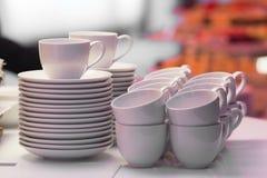 Copos de café branco prontos para uso Foto de Stock Royalty Free