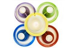 Copos de café coloridos com saucers Imagem de Stock Royalty Free