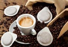 Copos de café com vagens Fotografia de Stock Royalty Free