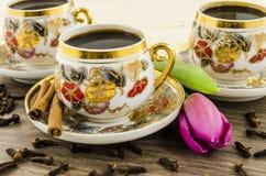 Copos de café da porcelana com flor cor-de-rosa imagens de stock