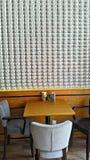 Copos de café e feijões de café frescos ao redor Fotografia de Stock Royalty Free