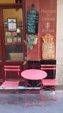 Copos de café e feijões de café frescos ao redor Foto de Stock Royalty Free