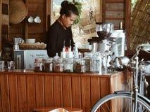 Copos de café e feijões de café frescos ao redor Imagens de Stock Royalty Free