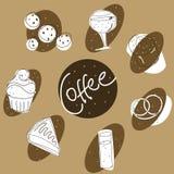 Copos de café e feijões de café frescos ao redor Fotos de Stock