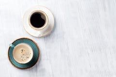 Copos de café na mesa de cozinha de madeira Imagens de Stock Royalty Free