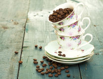 Copos de café na tabela de madeira Imagens de Stock Royalty Free