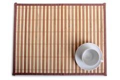 Copos de café na tabela de madeira Foto de Stock