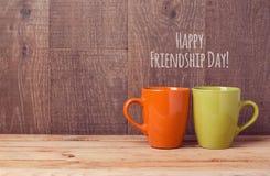 Copos de café na tabela de madeira Celebração do dia da amizade Fotografia de Stock