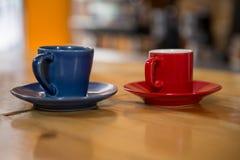 Copos de café na tabela de madeira no bar Fotos de Stock