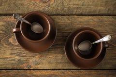 Copos de café na tabela de madeira rústica Imagens de Stock Royalty Free