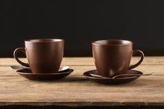 Copos de café na tabela de madeira rústica Imagem de Stock