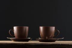 Copos de café na tabela de madeira rústica Foto de Stock