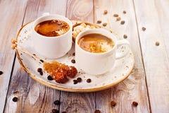 Copos de café na tabela de madeira Imagens de Stock