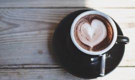 Copos de café preto colocados na tabela na manhã fotos de stock