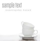 Copos de café vazios em uma tabela e em um espaço brancos para o texto Foto de Stock