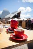 Copos de café vazios na tabela exterior do café Foto de Stock Royalty Free