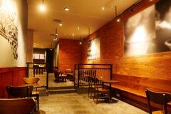 Copos de café e feijões de café frescos ao redor Imagem de Stock Royalty Free