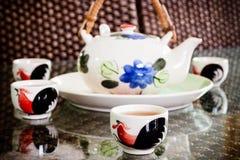 Copos de chá do chinês tradicional e potenciômetro do chá na tabela Imagens de Stock