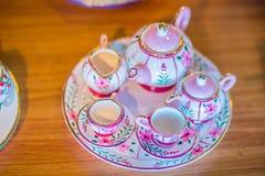 Copos de chá feitos a mão da porcelana do estilo tailandês do vintage ajustados Grupo cerâmico cinco-colorido tailandês tradicion Foto de Stock