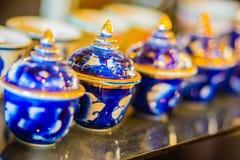 Copos de chá feitos a mão da porcelana do estilo tailandês do vintage ajustados Grupo cerâmico cinco-colorido tailandês tradicion Imagens de Stock Royalty Free