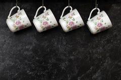 Copos de chá na parede da cozinha Imagem de Stock