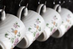 Copos de chá na parede da cozinha Fotos de Stock Royalty Free