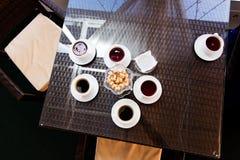Copos de chá na tabela Fotos de Stock