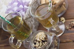 Copos de chá de vidro, um frasco com flores secas e uma caixa de presente Imagens de Stock Royalty Free