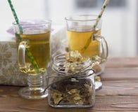 Copos de chá de vidro, um frasco com flores secas e uma caixa de presente Fotos de Stock Royalty Free