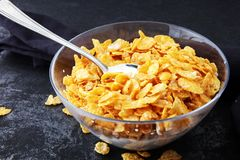 Copos de maíz cereal y leche en un bol de vidrio Desayuno co de la mañana fotografía de archivo