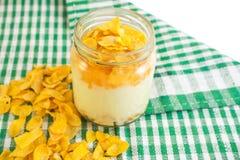 Copos de maíz con el yogur Imagen de archivo libre de regalías