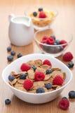Copos de maíz con las bayas frescas para el desayuno Foto de archivo libre de regalías