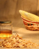 Copos de maíz con las mazorcas de la miel y de maíz Fotos de archivo