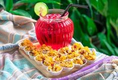 Copos de maíz con un grano entero y frutas secadas fotografía de archivo